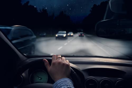 Kas jāņem vērā, vadot auto diennakts tumšajās stundās?