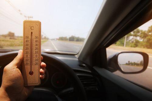 Tuvojas karstais laiks – esi uzmanīgs, ko atstāj auto salonā