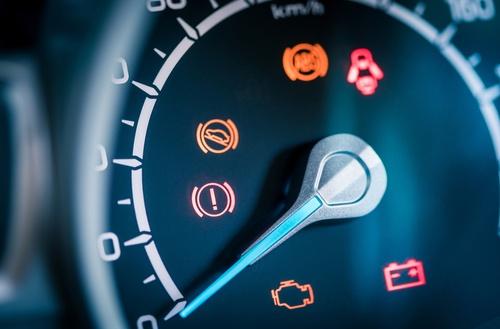 Brīdinājuma lampiņas auto panelī – Par ko tās Tevi informē?