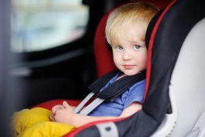 bērns autokrēsliņā